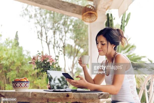 Femme travaillant à la maison