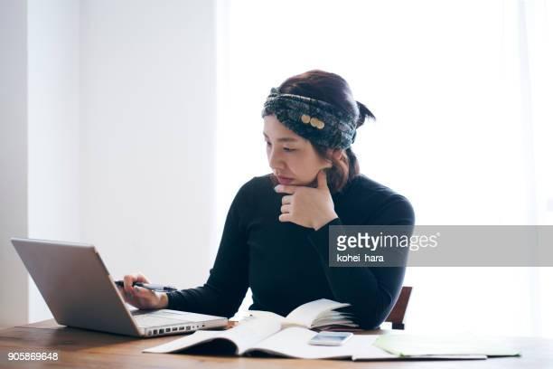 女性自宅で - 大人のみ ストックフォトと画像