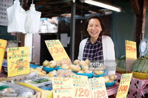地元の小さな店で働く女 - ショッピングエリア ストックフォトと画像