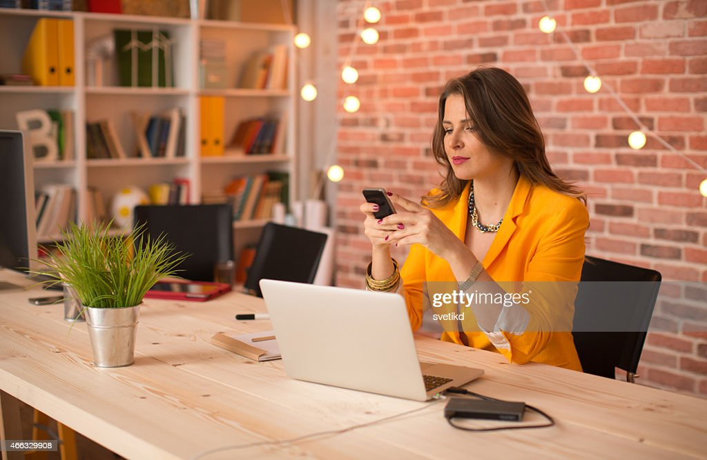 Femme travaillant au bureau moderne photo getty images