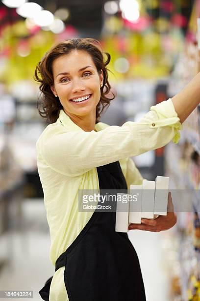 Mujer trabajando en supermercado