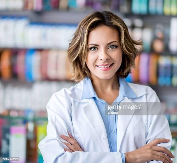 Femme travaillant à la pharmacie