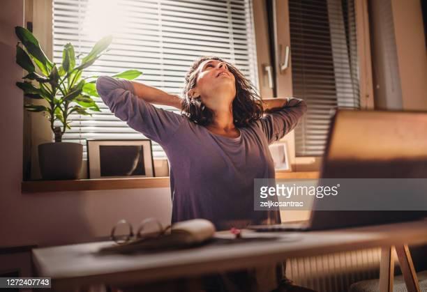 vrouw die bij tot laat bij nacht in de voorzijde van laptopcomputer werkt - weekend activiteiten stockfoto's en -beelden