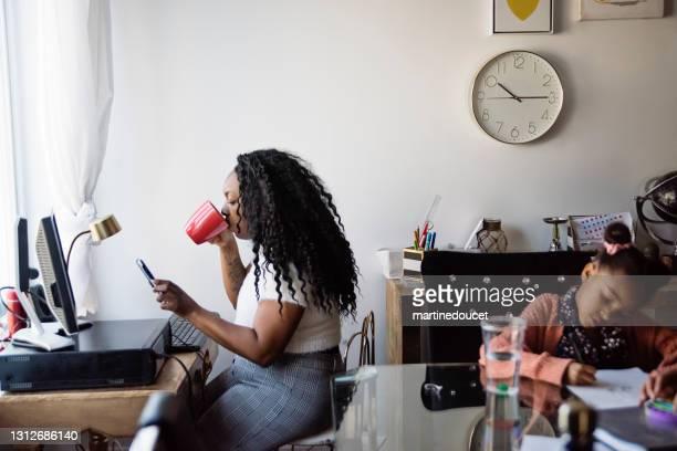 """周りの子供と小さなスペースで自宅で働く女性。 - """"martine doucet"""" or martinedoucet ストックフォトと画像"""