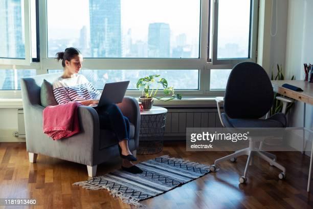 vrouw werkt vanuit huis - groothoek stockfoto's en -beelden