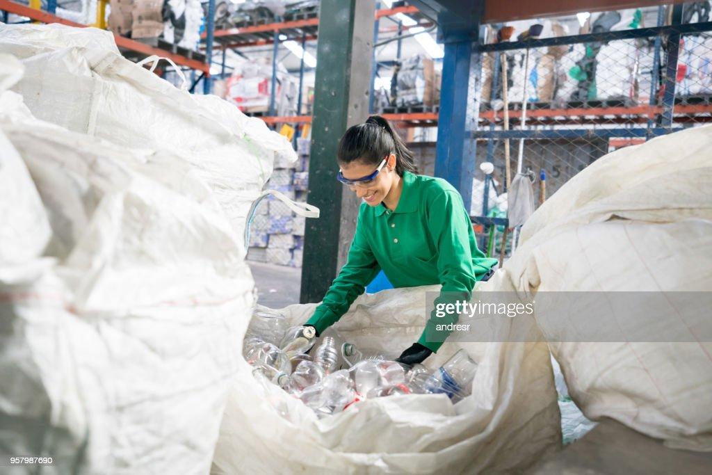 Frau arbeitet in einer Recyclingfabrik : Stock-Foto