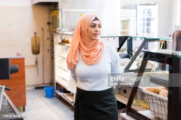 woman working in bakery - showus stock-fotos und bilder