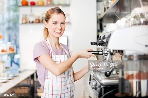 Mujer trabajando en tienda de café