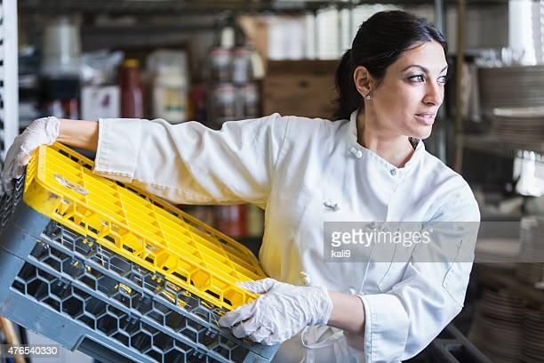Frau arbeitet in Gewerbliche Küche