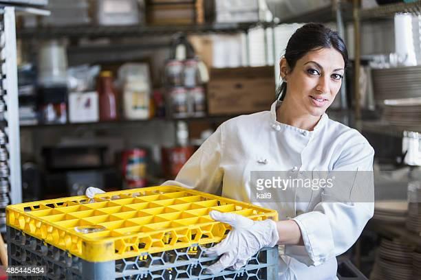 Femme travaillant dans une cuisine commerciale