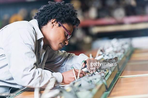 Frau bei der Arbeit in Fabrik