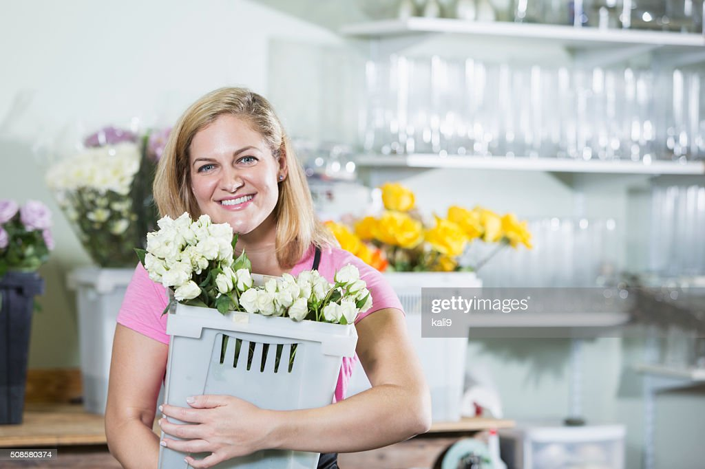 Femme travaillant dans fleuriste transporter bin : Photo