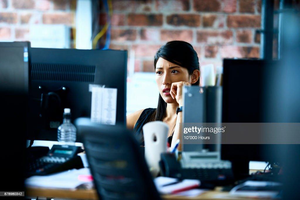 Woman working in modern office : Stock-Foto