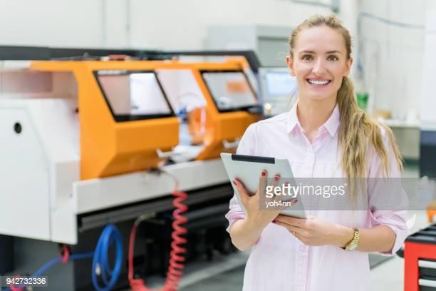 Femme travaillant dans la ligne de production & machines cnc