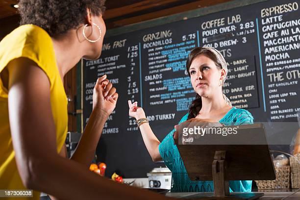 Femme travaillant dans le restaurant prenant la commande client