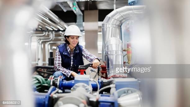 Femme travaillant dans la salle des chaudières