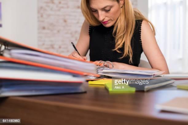 Frau arbeiten im Büro