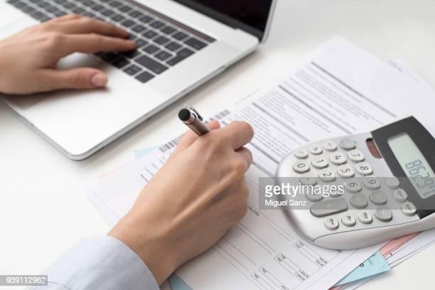 woman working in the office - hacienda fotografías e imágenes de stock