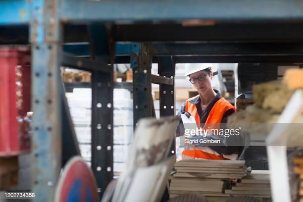 woman working in warehouse - sigrid gombert 個照片及圖片檔