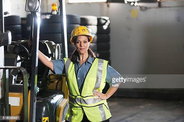 Mulher a trabalhar em armazém
