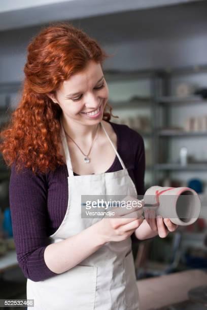 Frau arbeiten mit einer Tonerde Vase
