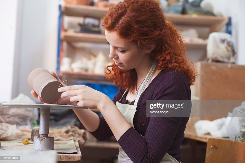 Frau arbeiten mit einer Tonerde Vase : Stock-Foto
