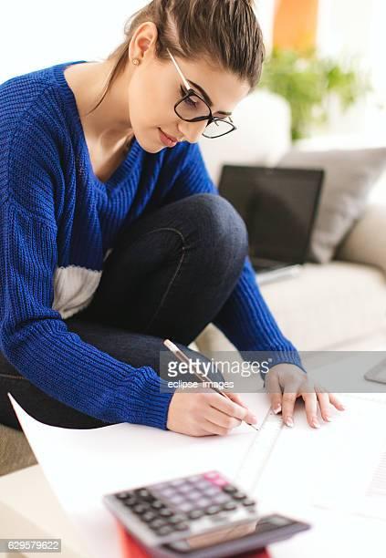 Mujer trabajando en finanzas