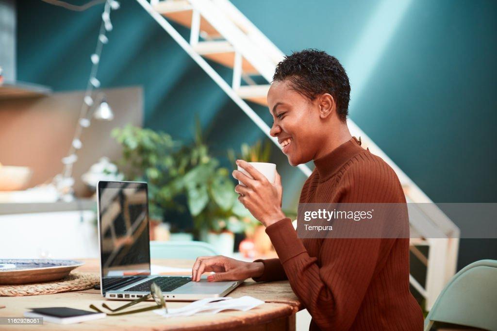 自宅で財政に取り組む女性は、税務申告書を記入します。 : ストックフォト