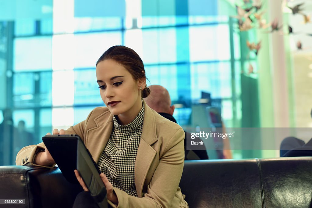 woman working on her tablet : Foto stock
