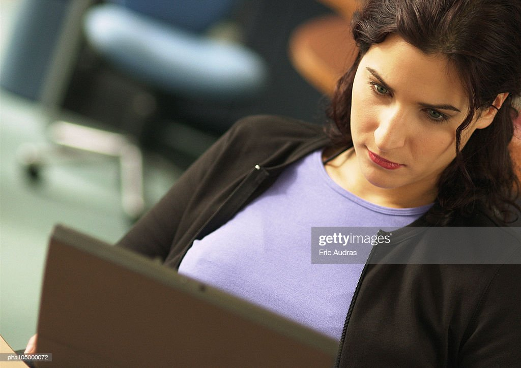 Woman working on laptop, close-up : Stockfoto