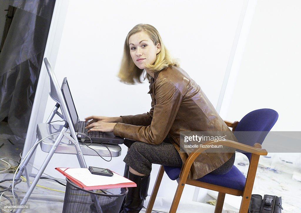 Woman working on laptop : Stockfoto