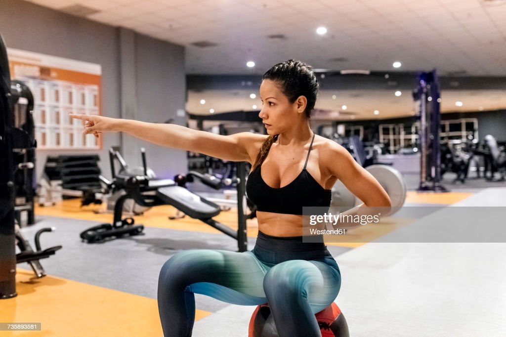 woman working out in gym ストックフォト getty images