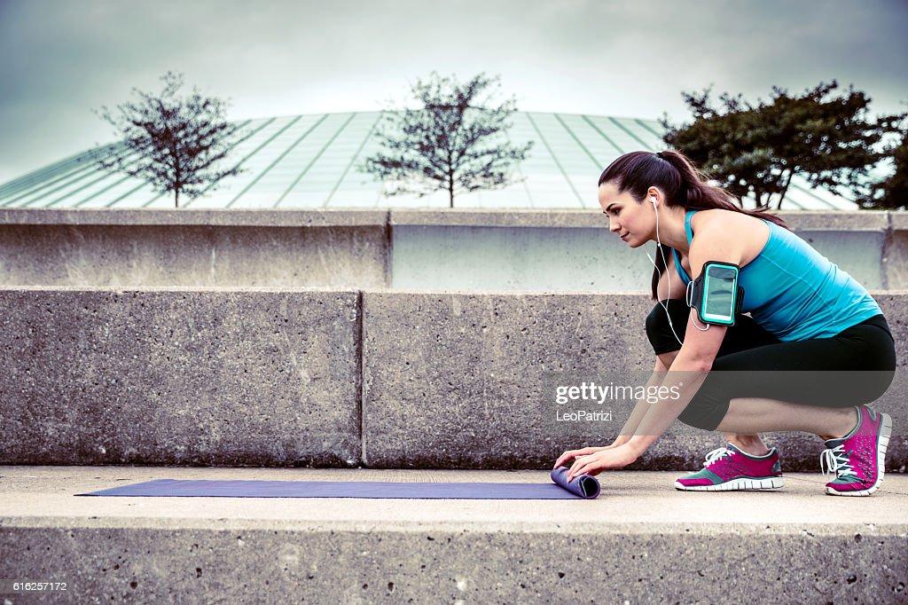 Mulher a trabalhar ao ar livre na cidade : Foto de stock