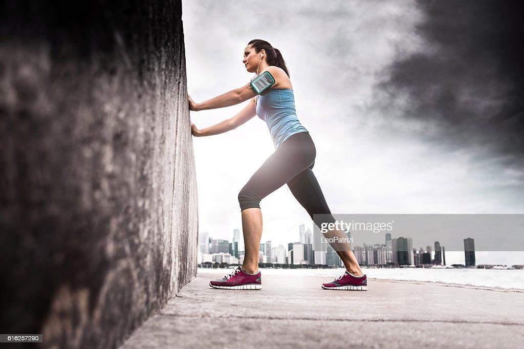 Mujer de ejercicio al aire libre en la ciudad : Foto de stock