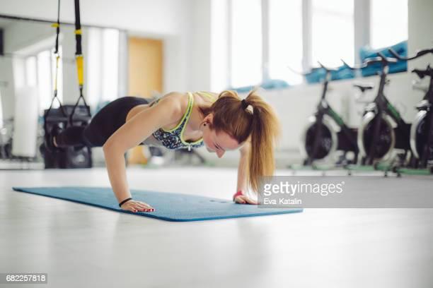 Femme de faire de l'exercice