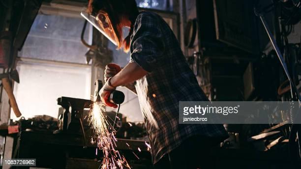 kvinna som arbetar med vinkelslip - don smith bildbanksfoton och bilder