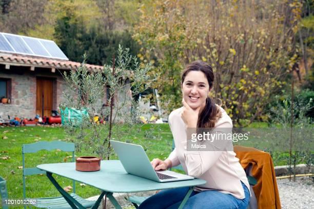 woman working with laptop in the garden - cena não urbana imagens e fotografias de stock