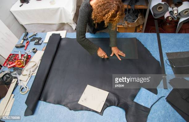 femme travaillant avec cuir