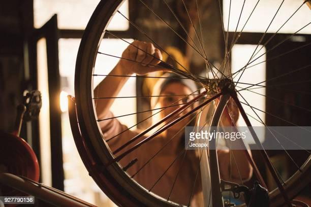 workling van de vrouw op haar fiets - rijwiel stockfoto's en -beelden