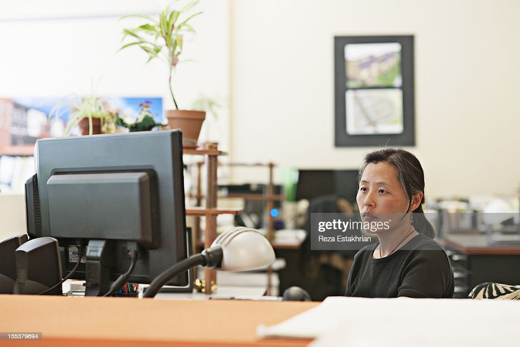 Woman works at computer : Foto de stock
