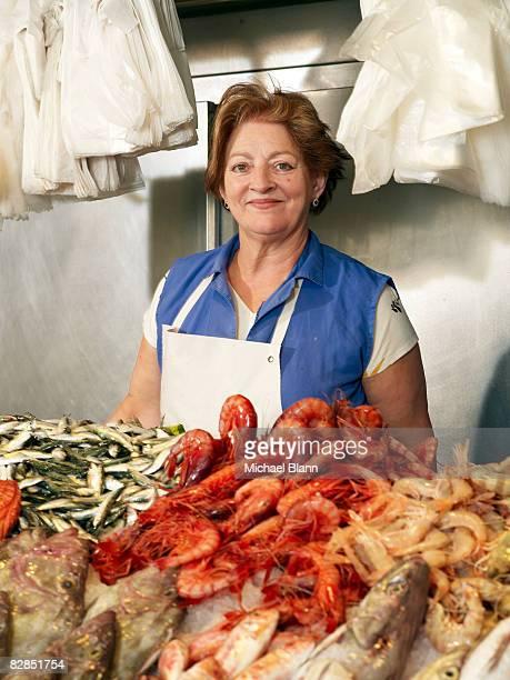 Mujer que trabaja en fish individual
