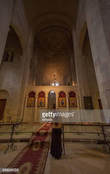 Mulher adorador em Gelati Mosteiro, República da Geórgia