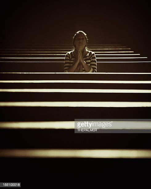 Femme worships dans une église