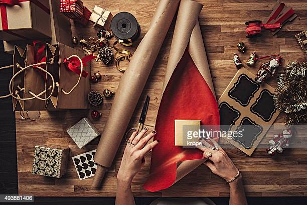 Frau Verpackung Weihnachten Geschenke über