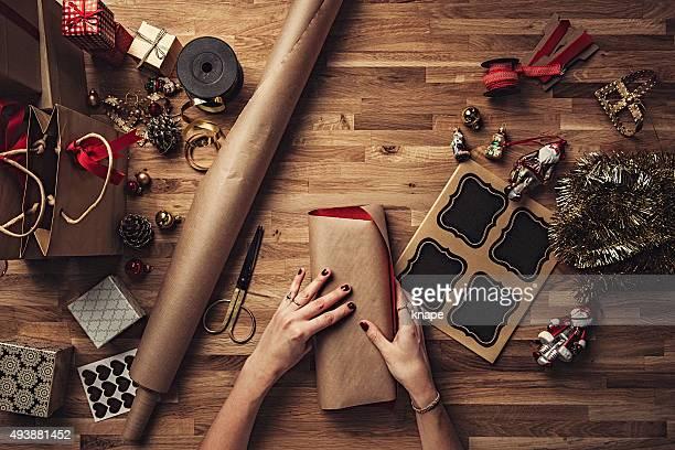 Femme emballage des cadeaux de Noël au-dessus de votre tête