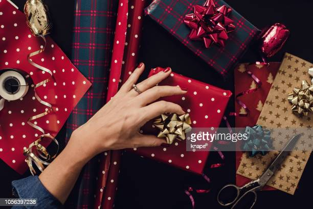 woman wrapping christmas gifts presents photo taken from above overhead - avvolto foto e immagini stock