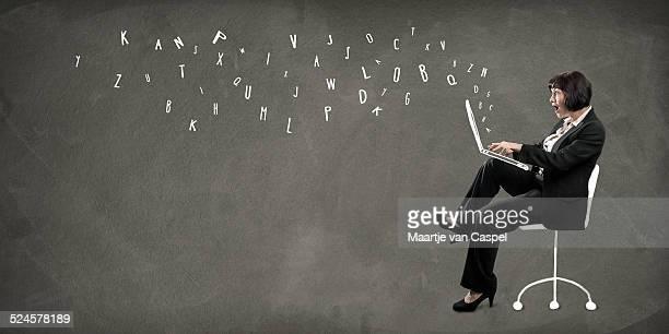 Frau Schreiben auf Laptop- Konzept-Blogging