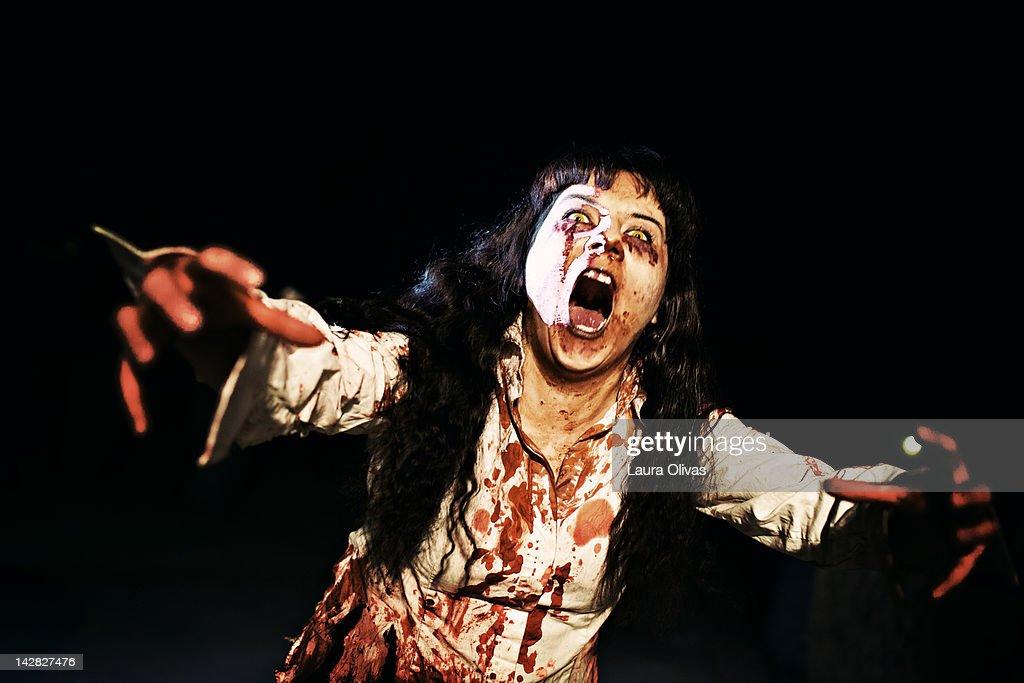 Woman zombie walks at night : Stockfoto