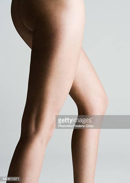 womans bare buttocks and legs - fesses femme gros plan photos et images de collection