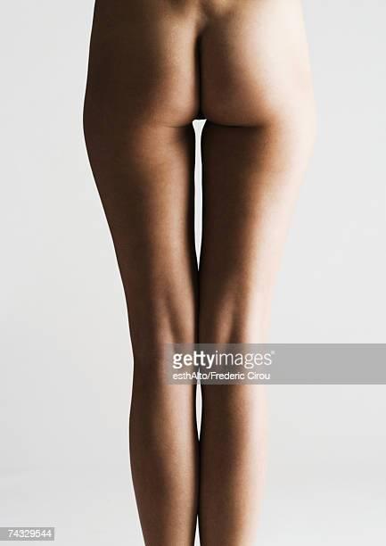woman's bare buttocks and legs, rear view - fesses femme gros plan photos et images de collection